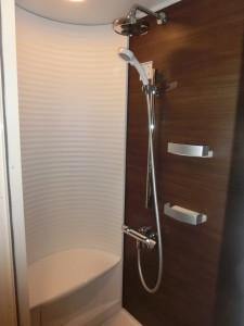 シェアハウスのシックなシャワールーム