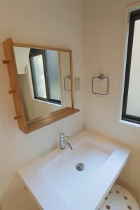 洗面台の鏡にフレームを付けてタオル掛けを設置