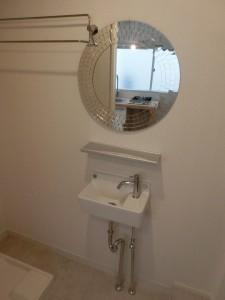 円形鏡と洗面台
