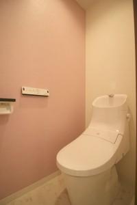 ピンククロスでスタイリッシュなトイレ